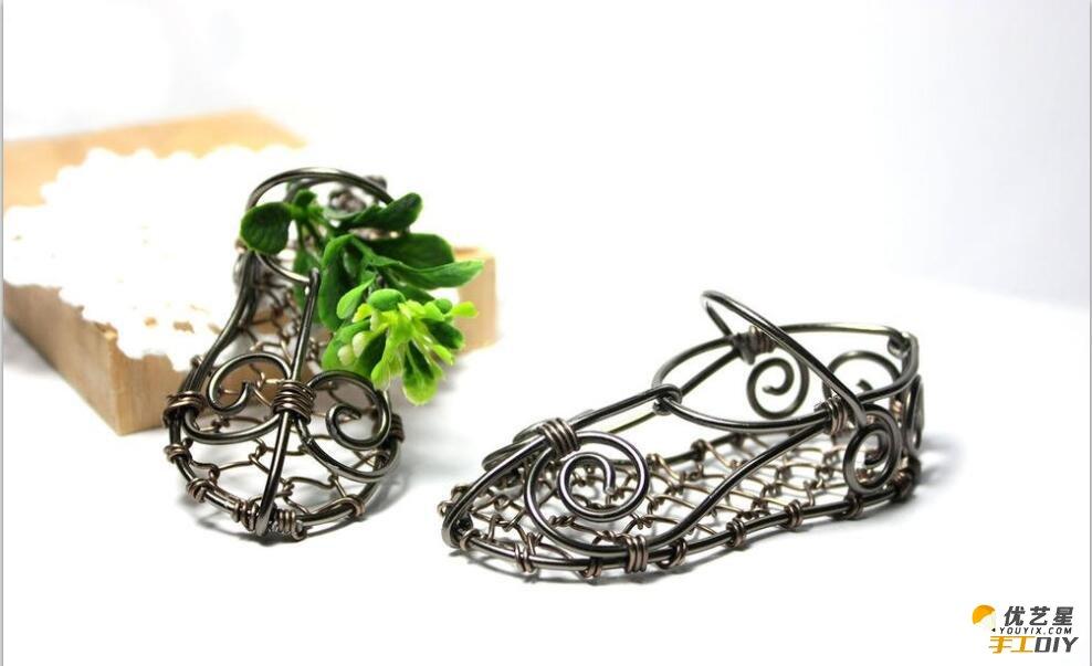 鞋子的制作教程,这款鞋子主要是用铁丝编制而成的。这是非常有个性独特风格的鞋子。学会了我们还可以制作一双作为礼物送给身边的朋友们哦。一起动手学起来吧。 制作这款铁丝独特鞋子必然是少不了铁丝,所以我们首先要准备好铁丝就可以开始了,如果铁丝太硬了我们也可以准备钳子,这样会比较方便简单制作。 我们能先来看下面这制作好的成品图,是不是很漂亮很有独特特色。下面它有仔细步骤制作过程图,我们根据这些步骤教程来制作就可以了,还算是比较简单没有什么专业性的,就是一些简单缠绕编织。我们可以很容易就可以学会了。