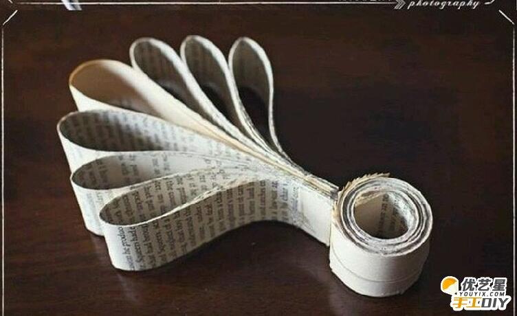 制作的小吊饰,相信大家对于废旧报纸可以有很多的用处并不陌生了吧。因为小编记得前面也有跟大家分享过利用废旧报纸手工制作的一些小玩意。 看,这是手工制作好的小吊饰 ,我们可以把它挂在圣诞树上装饰。首先,制作之前还是一样先来介绍制作所需要的材料,报纸,胶水,剪刀,也可以准备一些花粉。这款小吊饰的造型主要是像花朵一样的造型。下面就有它的手工制作步骤图解,小伙伴们看下面的图解来一起制作就可以了。就不需要小编用文字来写出来了。不然小编写出来让大家看了可能会觉得比较复杂不好制作。喜欢的小伙伴们就赶快动手制作吧,到了圣诞
