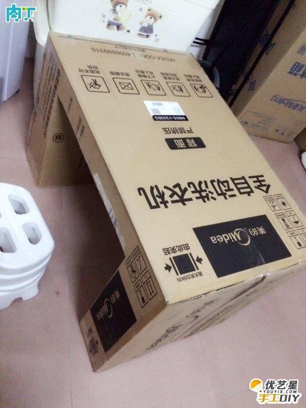 的了。今天小编跟大家分享的是一个关于冰箱旧纸箱回收创意改造成实用小桌子。看了小编的这篇分享以后可不用直接扔掉了哦,简直太浪费了,旧纸箱还可以有很多是创意改造哦。这篇教程主要讲的是冰箱旧纸箱的创意改造,其实拿其它的硬纸箱也是可以制作的,并不是说非要是冰箱旧纸箱。 它的改造制作过程并不是很复杂的就是一些简单的剪裁成小桌子的形状。小伙伴们想要动手制作的话可以看下面的图解教程哦。显然这个小桌子肯定是不能放很重的东西的,只能放一些比较轻的东西,毕竟再怎么硬也是纸制作的,不过它也是挺实用方便的,比如我们找不到地方放水