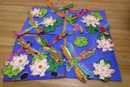 立体剪纸蜻蜓拼贴儿童画作品 蜻蜓点水池塘荷叶荷花儿童画图片彩色