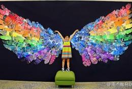 外国小朋友的创意儿童画图片 很多个羽毛组合出的大型翅膀手工画 做个美丽天