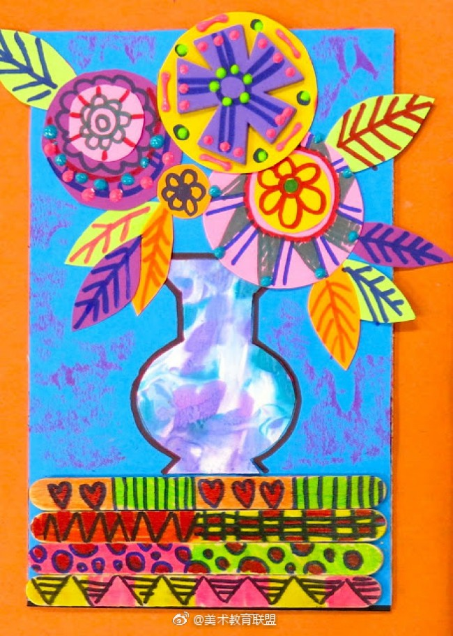 出有创意漂亮的剪贴画的吧。 看,这就是制作好的花瓶插花儿剪贴画作品,是不是很漂亮呀。一看到就让人喜欢,相信你一起来学习完这篇教程也可以画出这漂亮的剪贴画的。  首先,我们选择一张蓝色卡纸作为底纸。然后我们用冰棍棒绘画上一些自己喜欢的简单图案,把这些绘画好的冰棍棒贴在蓝色卡纸的下面部分。之后我们在贴好的冰棍棒的上面画上一个花瓶。画好了之后我们再选其它颜色的卡纸剪裁出几个不同大小的小圆形,再剪一些叶子。然后我们把刚才剪好的圆形拿来制作花瓣,大的圆形上面再贴一个小圆形,然后我们再圆形空白单调的地方再加上一些简单