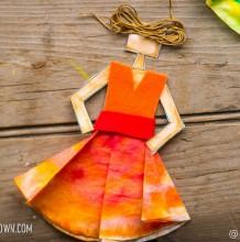 穿裙子的女生手工拼贴作品 润色加剪纸粘贴制作好看的花裙子手工教程