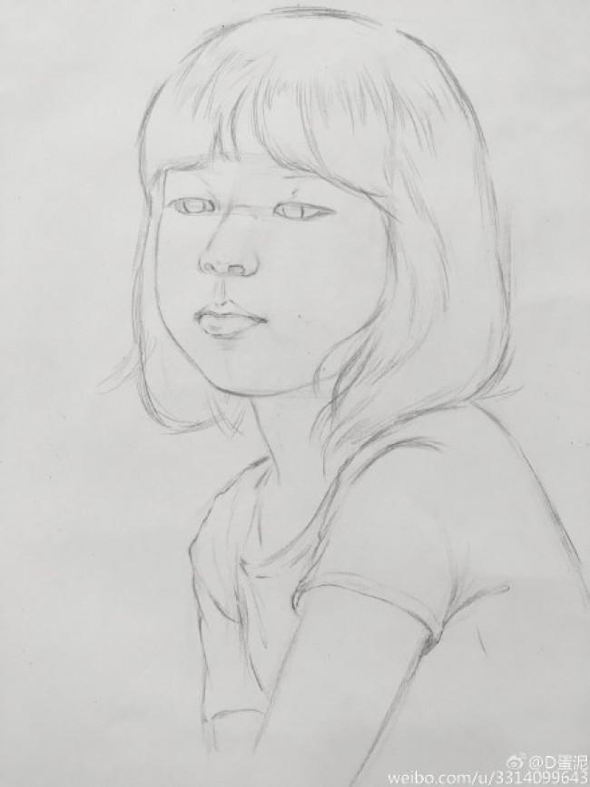 教程。你们想不想学习画出可以的单眼皮小女孩的素描呢?想的话那就来跟小编一起去看看是如何绘画的吧。  首先,我们先把她的线稿给画出来。画好了线稿之后我们可以先打底画上一层底色,之后再来仔细的刻画各个部位,我们先加深她的头发的绘画,也就是把她完整的头发给画出来。之后我们再来把她的眼睛给画出来,因为我们要画的是单眼皮的小女孩,所以我们在画她的眼睛的时候可以把眼睛的目光向下看的,这样可以突显出单眼皮。  因为我们要画的只是头像素描,所以我们再把她的上半身给画出来就可以了。我们在画她的头发的时候可以用力一点画哦,这
