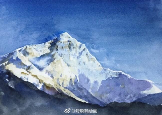 技术是相当的高的呢?看着这么栩栩如生的画面简直就像是用相机拍出来的效果,美美哒。大家要是喜欢这幅雪山水彩画的,赶紧动起手中的笔来绘画这么一个好看的雪山画吧,相信你也是可以绘画出这么一幅冰冷的雪山画的。  要想绘画出这样一幅好看的雪山水彩画,大家肯定是要一步一步的来上色的,心急不了的。这幅雪山画主要是由蓝色、白色和黑色这三种颜色组成,蓝蓝的天空和白白的雪山。颜色是由浅入深的,先画好雪山后,雪山的颜色不要都是用白色来上色,要掺杂有其他颜色比较好,主要是石山的颜色,接着绘画雪山的阴影部分,也就是黑色的部分,最后