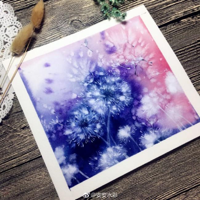 这么一张明信片呢,想的赶紧动手吧。这个水彩画作品大家是可以直接上色的,构思好大致的绘画结构,接着按着自己的思路来绘画就可以了。先上一部分蓝色和一部分的粉红色,再在上面随意的画上蒲公英,那种感觉是像晕染过的一样。  在画好的蒲公英上自己在下一点点的功夫,用画笔轻轻的描画上色,画上一些细小的白色的线条,这才会画成这个看似像烟花散开的感觉。给人一种梦幻浪漫的感觉,一看就是一个很美好的意象。  来源:微博/网络  原作者:@ 图片水印
