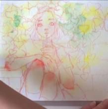 【视频】唯美的绿叶下靠墙坐着喝饮料的女孩水彩手绘视频教程 小清新女生