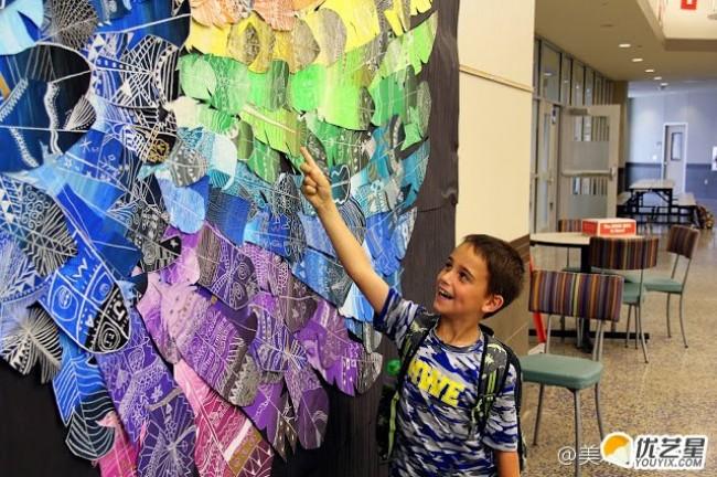 外国小朋友的创意儿童画图片 很多个羽毛组合出的大型翅膀手工画 做个美丽天使_www.youyix.com