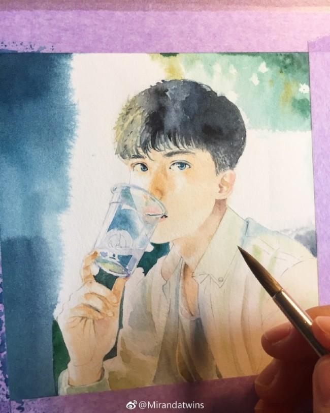 超帅的男生帅哥水彩画手绘教程图片 阳光下坐着喝水的小哥哥水彩画_www.youyix.com